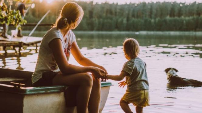 Ilustrasi ibu bermain bersama anak.