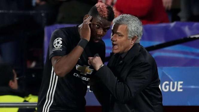 Paul Pogba (kiri) dan Jose Mourinho.