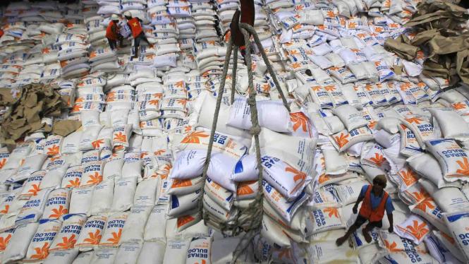 Aktivitas bongkar muat beras impor asal Vietnam di atas kapal