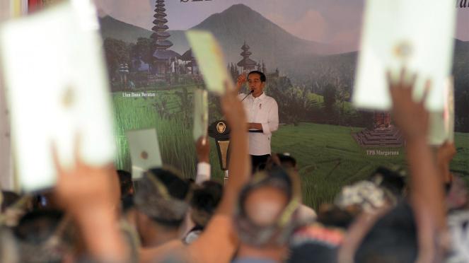 Jokowi Bagikan Sertifikat Tanah di Bali