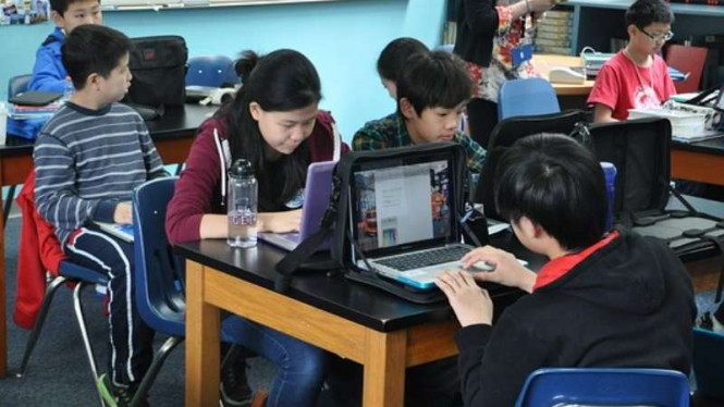 Ilustrasi sistem pendidikan dan perkembangan teknologi.