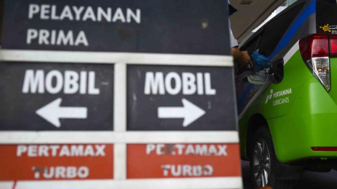 Petugas mengisi BBM jenis Pertamax ke kendaraan konsumen di SPBU Abdul Muis