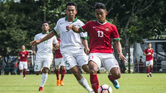Pesepak bola Timnas U-23 Indonesia, Febri Hariyadi (kanan) berebut bola