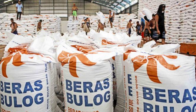 Pekerja mengangkut beras impor dari Thailand di gudang Bulog Divre Jatim