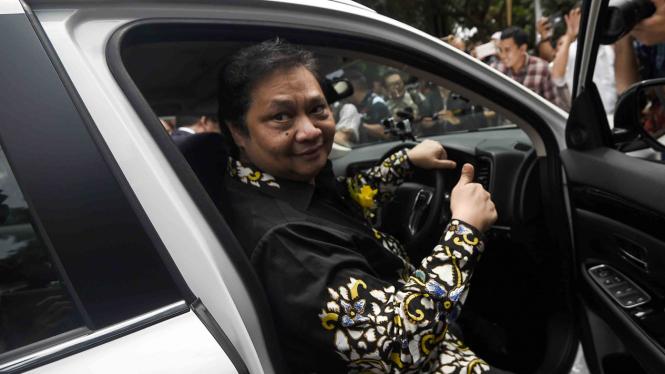 Menteri Perindustrian, Airlangga Hartarto mencoba kendaraan listrik Mitsubishi Outlander PHEV