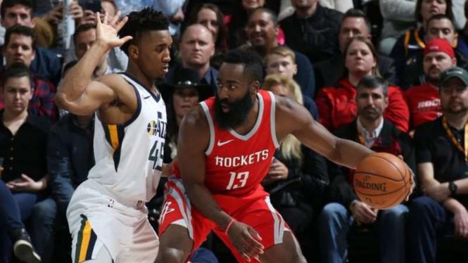 Point guard Houston Rockets, James Harden (kanan)