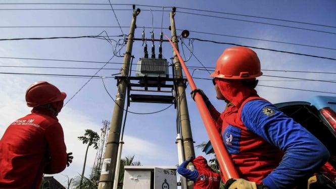 Ilustrasi petugas PLN periksa kabel listrik.