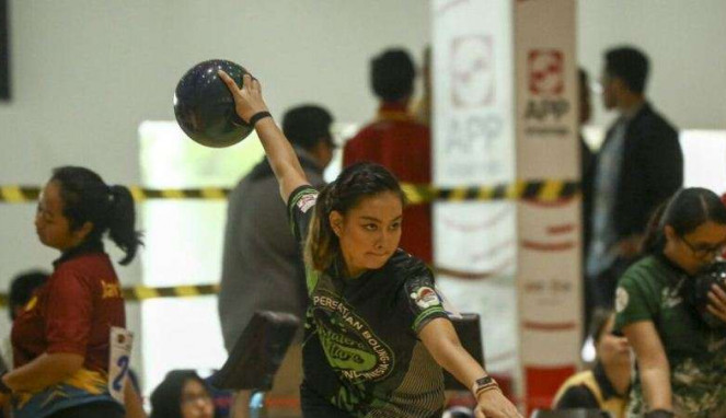 Atlet boling putri Indonesia, Aldila Indryati, sedang menjajal venue baru