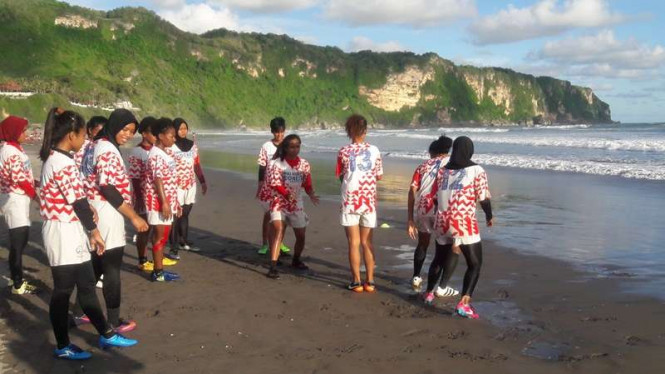 Suasana latihan timnas rugbi di pantai kawasan Yogyakarta