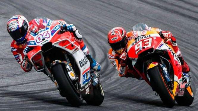 Andrea Dovizioso (kiri) dan Marc Marquez.