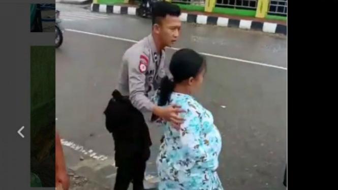 Anggota polisi bantu ibu hamil.