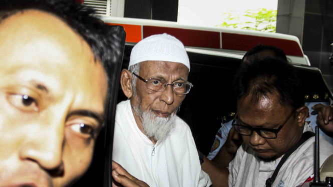 Terpidana kasus terorisme, Abu Bakar Baasyir (tengah) dengan pengawalan petugas saat akan dibawa ke RSCM untuk pemeriksaan kesehatan.