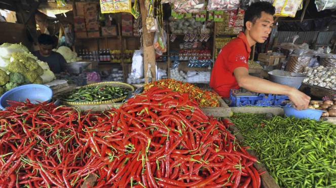 Pedagang sayur menyortir cabai di Pasar Induk Rau, Serang, Banten