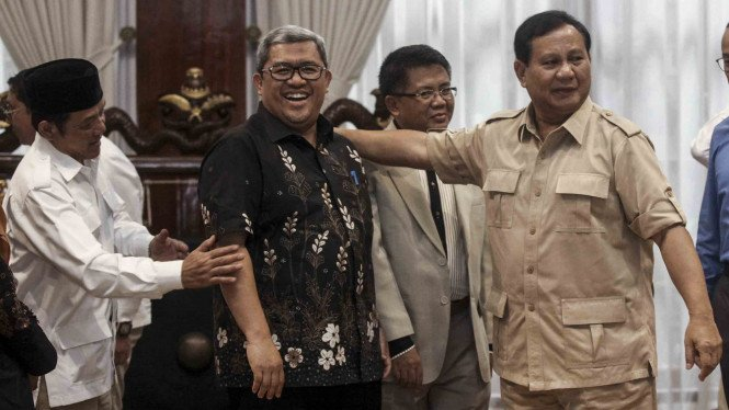 Ketua Umum Partai Gerindra, Prabowo Subianto (kanan) saat bertemu dengan politisi PKS Ahmad Heryawan dan Sohibul Iman (tengah) beberapa waktu lalu.