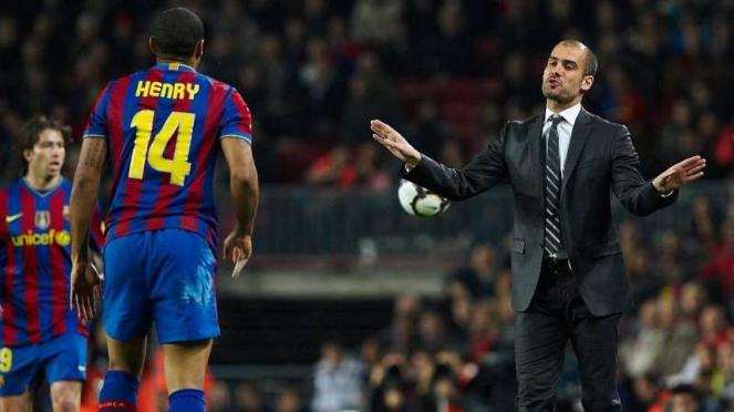 Pep Guardiola (kanan) dan Thierry Henry (kiri) saat masih memperkuat Barcelona