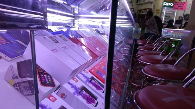 Konter ponsel di ITC Roxy Mas.