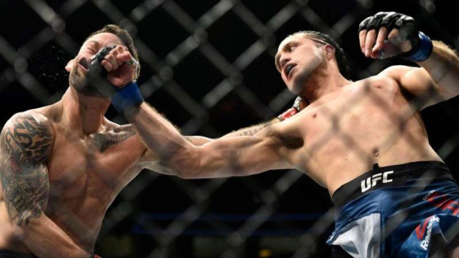 Brian Ortega (kanan) memukul KO Frankie Edgar dalam pertarungan UFC