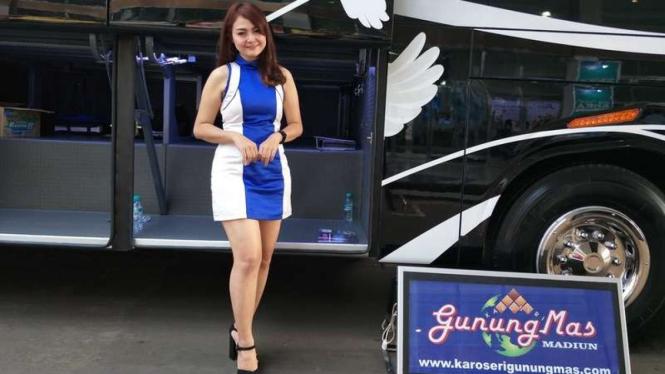 Dara saat jaga pameran bus di JCC Senayan.