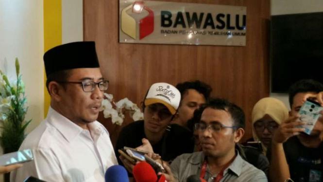 Komisioner KPU, Hasyim As'yari saat menghadiri sidang adjudikasi di Bawaslu.