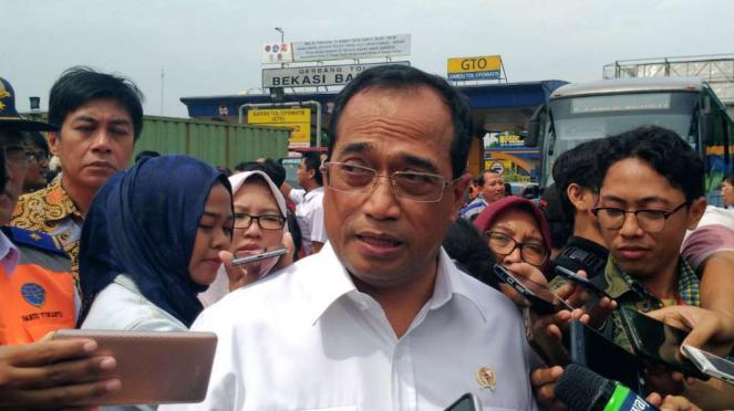 Menteri Perhubungan Budi Karya di pintu Tol Bekasi Barat.