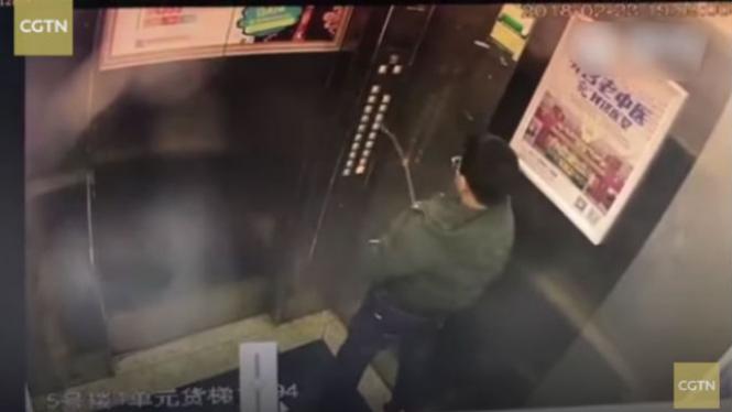 Iseng Dalam Lift, Anak Ini Langsung Kena Batunya