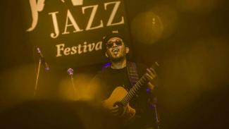 Penyanyi Glenn Fredly saat tampil di Java Jazz 2018