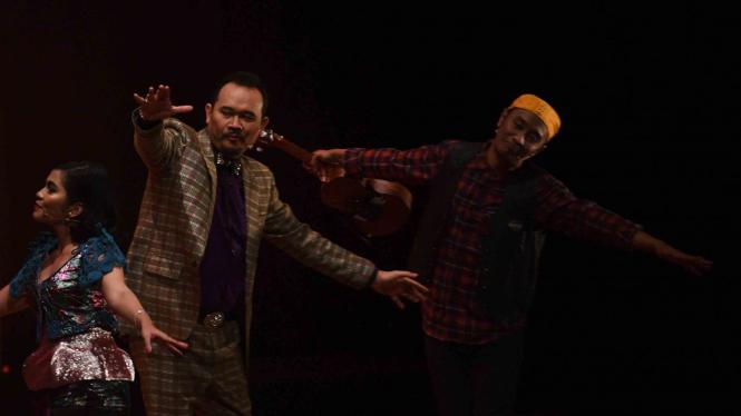 Komedian Cak Lontong (tengah) saat mementaskan lakon Preman Parlente.