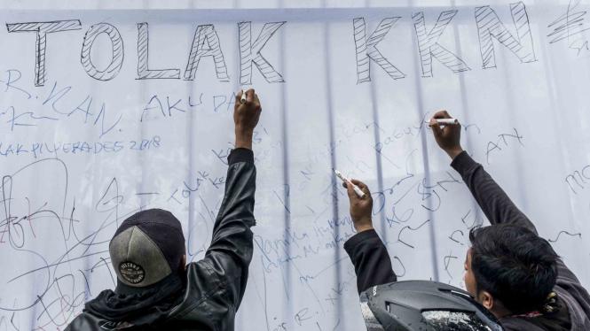 Aksi unjuk rasa menolak KKN (Korupsi, Kolusi, dan Nepotisme)