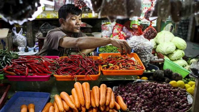 Pedagang menyortir cabai rawit di Pasar Tebet Barat, Jakarta