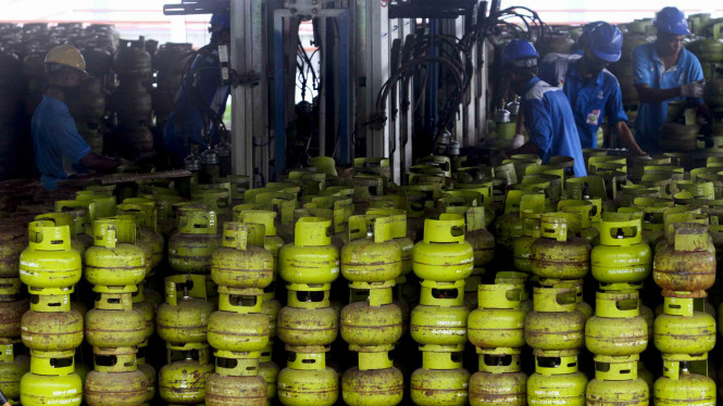 Pengisian ulang tabung gas Elpiji 3 kilogram di Stasiun Pengisian dan Pengangkutan Bulk Elpiji (SPPBE)