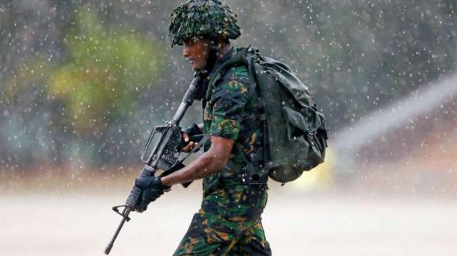 Anggota Kopassus Sri Lanka mendemonstrasikan operasi penyelamatan