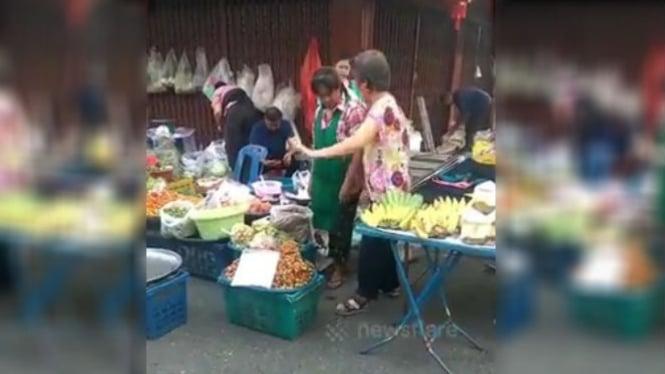 Berjualan di pasar.