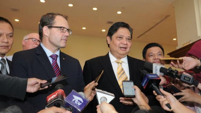 Ketua Umum DPP Golkar Airlangga Hartarto (kanan).
