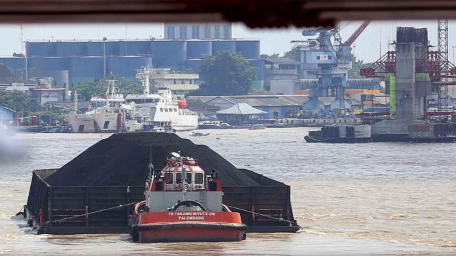 Kapal tongkang pengangkut batu bara saat melintas di Sungai Musi, Palembang