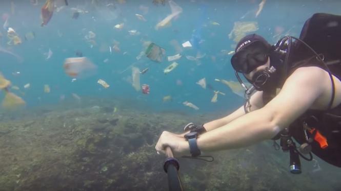 Video sampah plastik di bawah laut Bali.