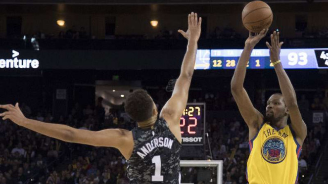 Pebasket Golden State Warriors, Kevin Durant (kanan).