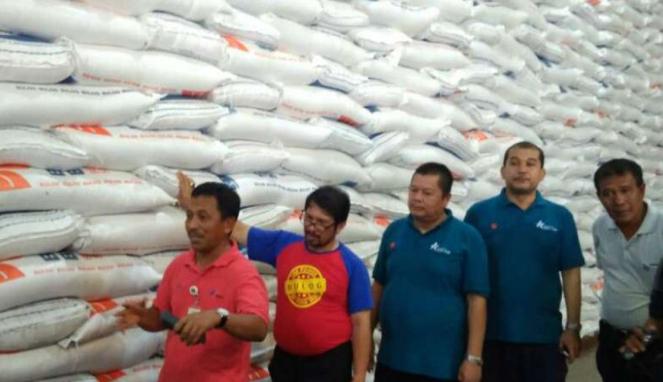 Bulog cek kedatangan beras impor.
