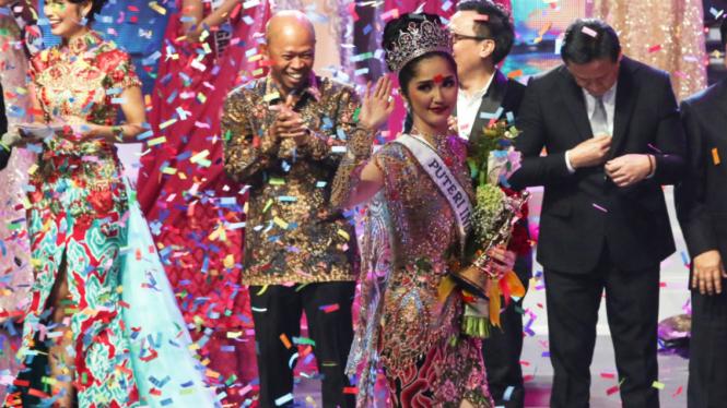 Sonia Fergina Citra melambaikan tangan seusai dinobatkan sebagai Puteri Indonesia 2018 dalam malam final Puteri Indonesia 2018 di JCC, Senayan, Jakarta, Sabtu (10/3).