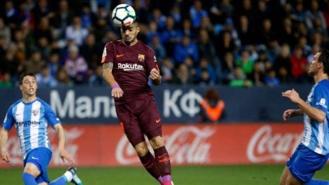 Penyerang Barcelona, Luis Suarez (tengah)