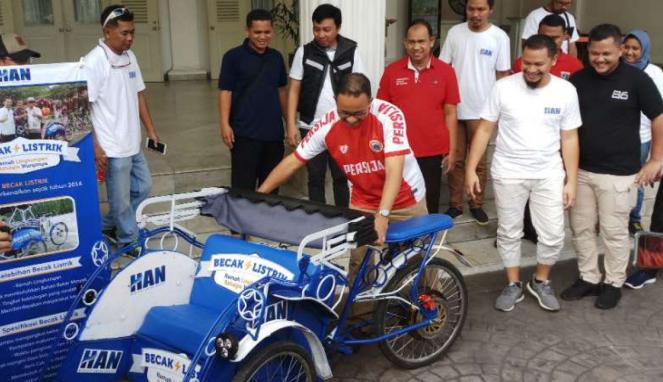 Gubernur DKI Jakarta Anies Baswedan menerima prototype becak listrik