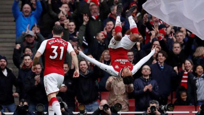 Penyerang Arsenal, Pierre-Emerick Aubameyang (kanan)
