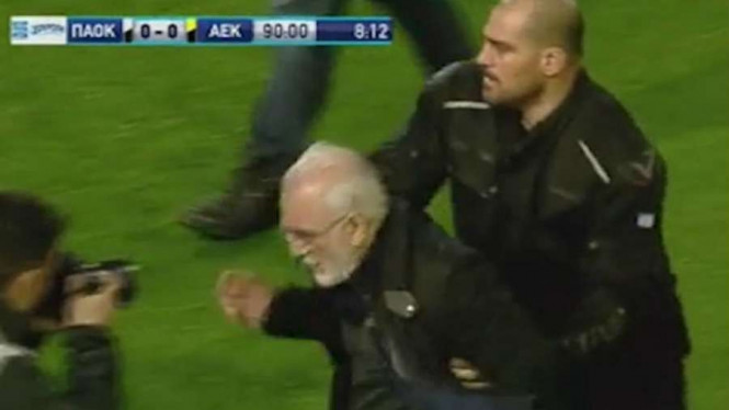 Bos tim Yunani, Ivan Savvidis mengamuk sambil membawa senjata