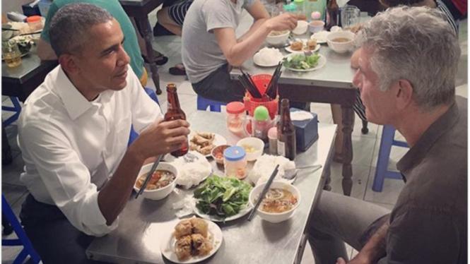Obama makan di warteg bareng chef Bourdain di Vietnam
