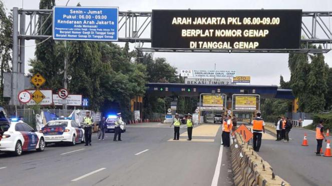 Penerapan Ganjil Genap di Pintu Tol Bekasi Timur.