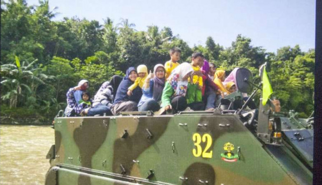 Foto pelajar PAUD sedang menaiki Tank milik TNI sebelum tenggelam di Purworejo.