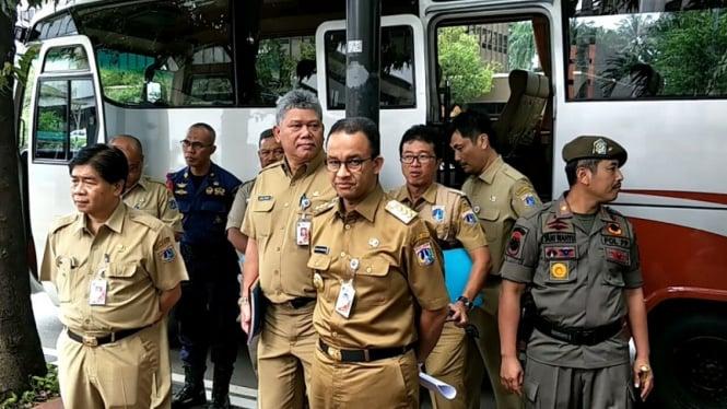 Gubernur DKI Jakarta Anies Baswedan (tengah).