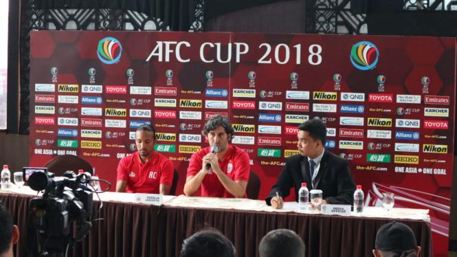 Pelatih Persija, Stefano Cugurra Rodrigues, bersama Rohit Chand