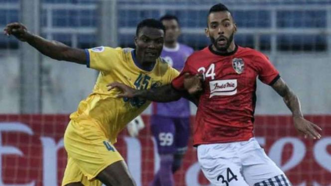 Bek Bali United, Demerson berduel dengan pemain Thanh Hoa.