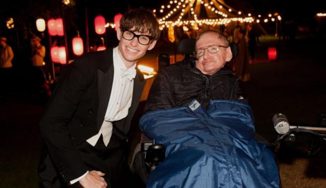 Eddie Redmayne dan Stephen Hawking.