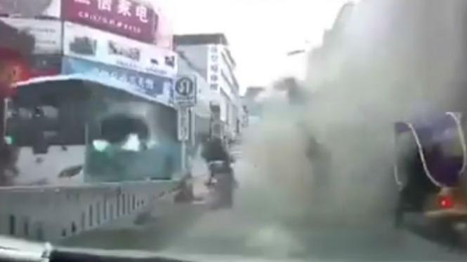 Bangunan ambruk di China.
